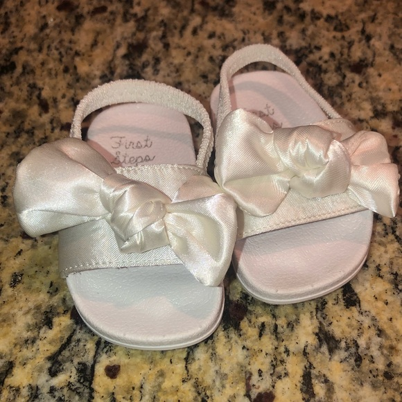san francisco cc7d0 4f88b BNWT Baby Girl white bow slides NWT